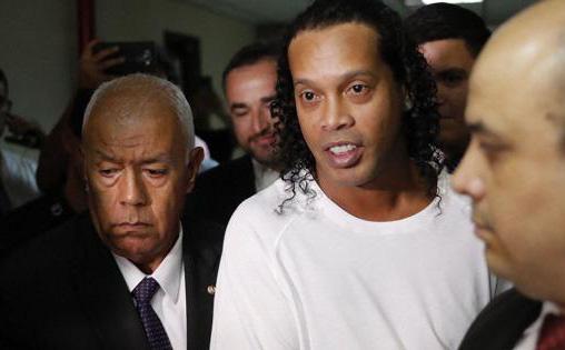 Ronaldinho để thua ở giải đấu trong tù trước đối thủ mang tội danh giết người