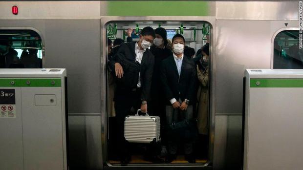 Số ca nhiễm Covid-19 ở Nhật tăng vọt, chính phủ khuyến khích ở nhà nhưng vì sao người lao động vẫn ùn ùn kéo đến sở làm? - ảnh 1