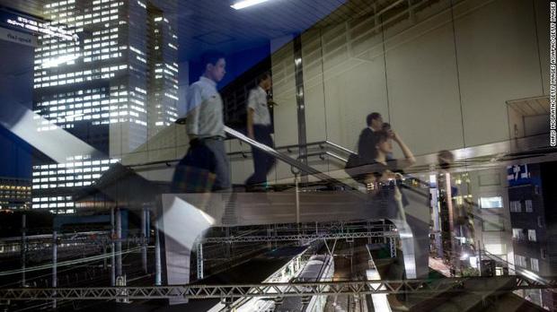 Số ca nhiễm Covid-19 ở Nhật tăng vọt, chính phủ khuyến khích ở nhà nhưng vì sao người lao động vẫn ùn ùn kéo đến sở làm? - ảnh 2