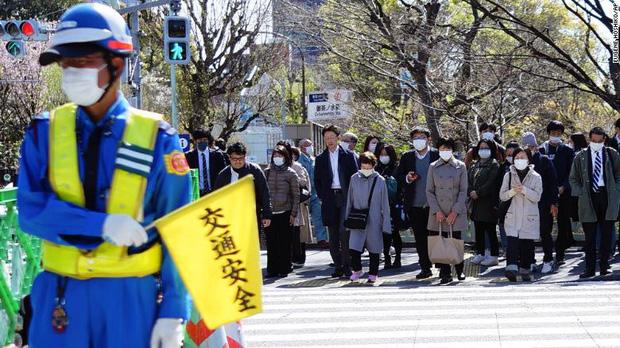 Số ca nhiễm Covid-19 ở Nhật tăng vọt, chính phủ khuyến khích ở nhà nhưng vì sao người lao động vẫn ùn ùn kéo đến sở làm? - ảnh 4
