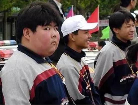 Cậu bé nổi tiếng toàn cầu sau bức ảnh chụp lén có màn lột xác ấn tượng sau 17 năm - Ảnh 1.