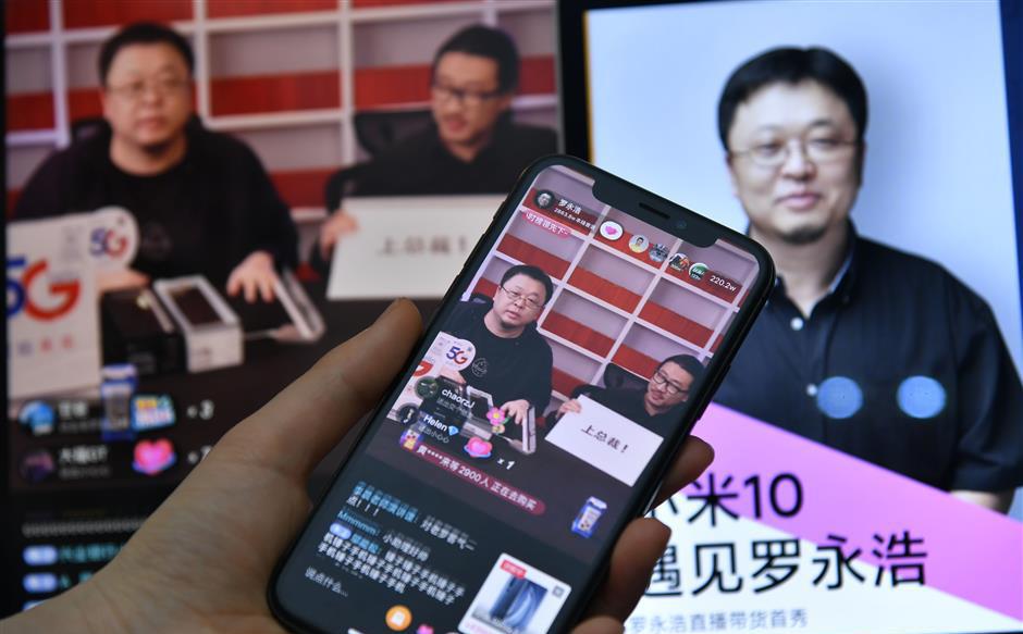 'Thánh nổ' từng tuyên bố đánh bại Xiaomi và Apple nay phải livestream bán Mi10 để trả nợ