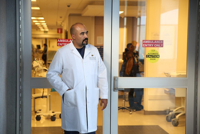 Câu chuyện khiến nhiều người phải suy ngẫm về công cuộc chiến đấu chống Covid-19 ở 2 bệnh viện đối lập của Mỹ: Khi đã cận kề cái chết, giàu hay nghèo cũng chẳng còn ý nghĩa - Ảnh 7.