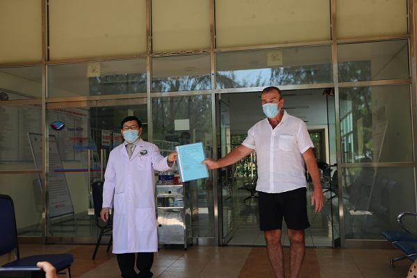 Ca nhiễm Covid-19 duy nhất được điều trị tại Quảng Nam khỏi bệnh, được xuất viện - Ảnh 1.