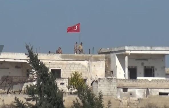 QĐ Syria bị tấn công, Nga khẩn cấp điều động xe bọc thép can thiệp - Thổ Nhĩ Kỳ bất ngờ hứng chịu thiệt hại kép - Ảnh 1.