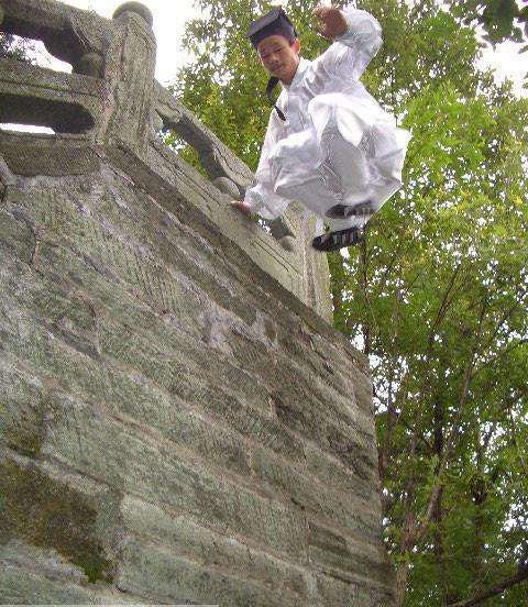Đạo sĩ Võ Đang bị tố bịp bợm sau màn khinh công nhảy lên bức tường cao 4 mét - Ảnh 3.