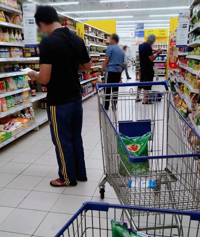 Khi đàn ông Malaysia đi chợ thời COVID-19: Hóa ra đây mới là thứ khó nhằn hơn cả ở nhà trông con - Ảnh 1.