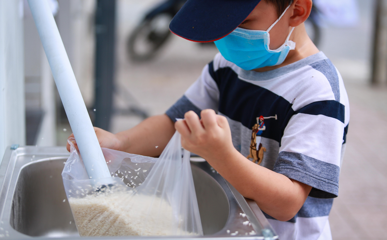 Máy phát gạo tự động cho hàng nghìn người nghèo ở Sài Gòn, chỉ cần bấm nút là có gạo