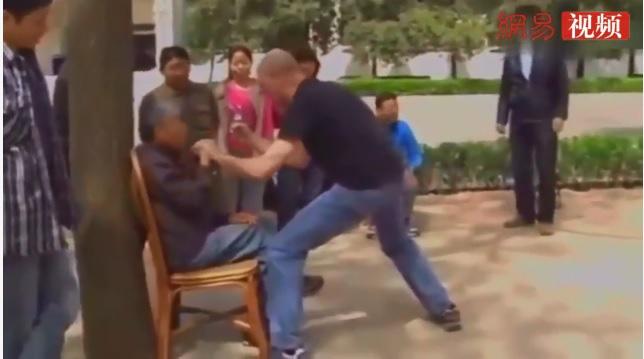 Lão võ sư Thái Cực Quyền 90 tuổi gây xôn xao bằng màn võ truyền điện như... tấu hài - Ảnh 2.