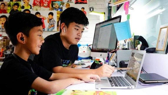 Dạy – học trực tuyến bậc tiểu học: Khó cho cả học sinh và phụ huynh - Ảnh 1.