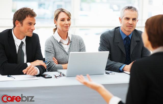 Nhà tuyển dụng hỏi: Dưới đất có một tờ 10 nghìn và một tờ 100 nghìn, bạn sẽ nhặt tờ nào? Cô gái trả lời khôn khéo lập tức được nhận việc - Ảnh 2.