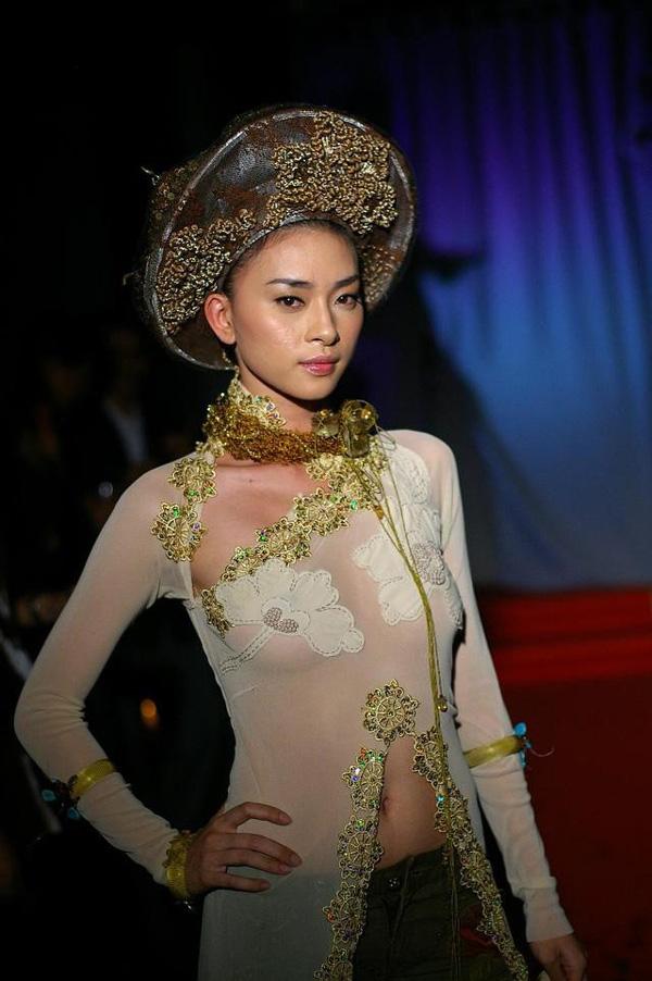 Mai Phương Thúy, Ngô Thanh Vân, Ngọc Trinh: 3 người đẹp vướng tai tiếng vì mặc áo dài phản cảm - Ảnh 4.