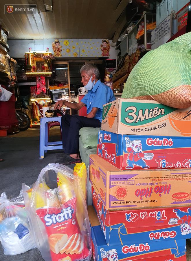 Được cộng đồng mạng giúp đỡ sau khi mất việc, bác bảo vệ già ở Sài Gòn xúc động: Con ơi, hãy giúp người khó khăn hơn - Ảnh 5.