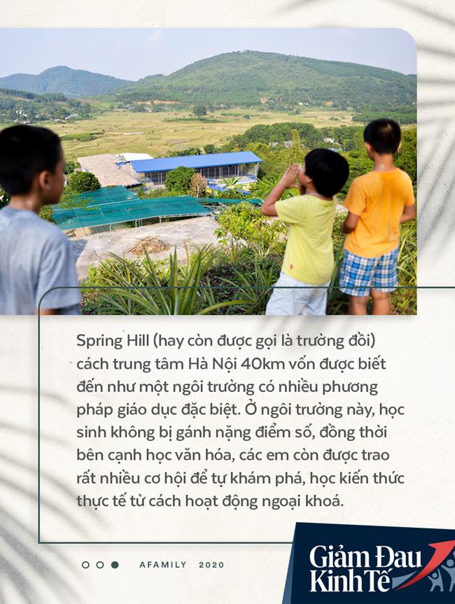 """Chống Covid-19, ngôi trường cách Hà Nội 40km biến thành trang trại thực phẩm sạch; giáo viên tự bắt cá, làm shipper, chốt đơn """"nhà nghề"""" - Ảnh 1."""