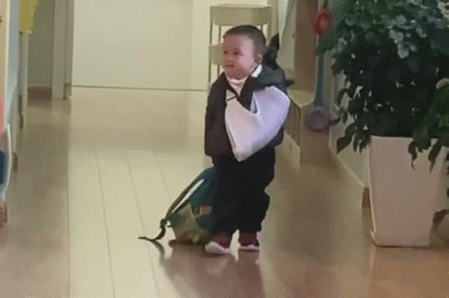 Một tay băng bó, một tay vẫn hăng hái xách balo đến trường, cậu bé khiến cư dân mạng vừa buồn cười vừa thương - Ảnh 1.