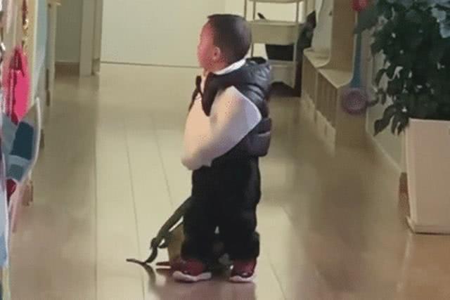 Một tay băng bó, một tay vẫn hăng hái xách balo đến trường, cậu bé khiến cư dân mạng vừa buồn cười vừa thương - Ảnh 2.