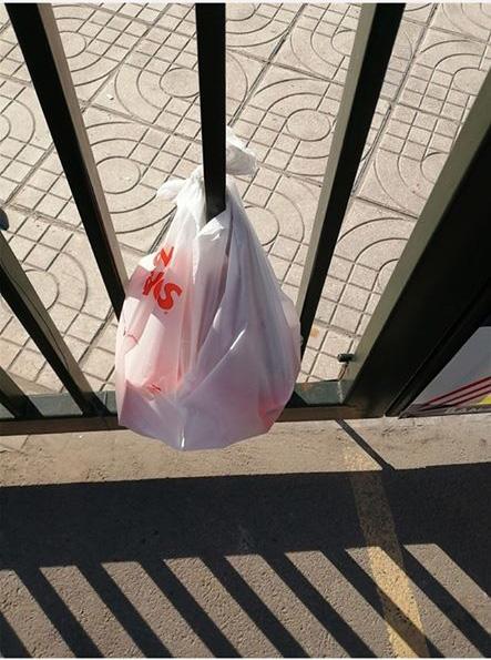 Háo hức đặt gà rán qua app, chàng trai trẻ ngậm cục tức đầy mình khi nhận đồ ăn được shipper treo ở cửa nhà hàng xóm như túi rác - Ảnh 3.