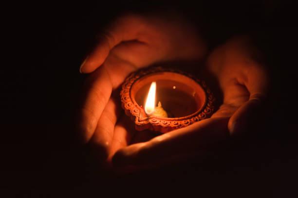 Được Đức Phật sai đi tắt đèn song có 1 ngọn đèn mãi không tắt, đệ tử kinh ngạc khi Ngài chỉ rõ lý do - Ảnh 2.