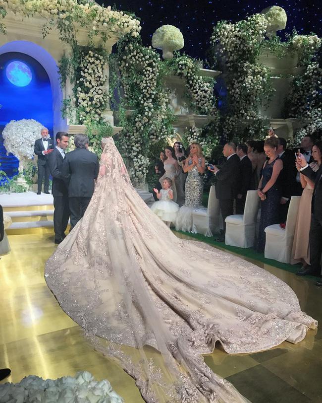 3 năm sau khi gây chú ý vì chi gần 230 tỷ đồng mua váy cưới, tiểu thư nước Nga có cuộc sống với lối rẽ không ai nghĩ đến - Ảnh 3.
