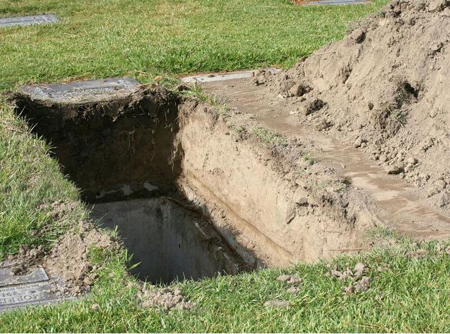 Bé gái 7 tuổi qua đời trong sự thương xót của dư luận, cảnh sát khai quật mộ đứa trẻ và phát hiện việc làm tàn độc của người mẹ - Ảnh 5.