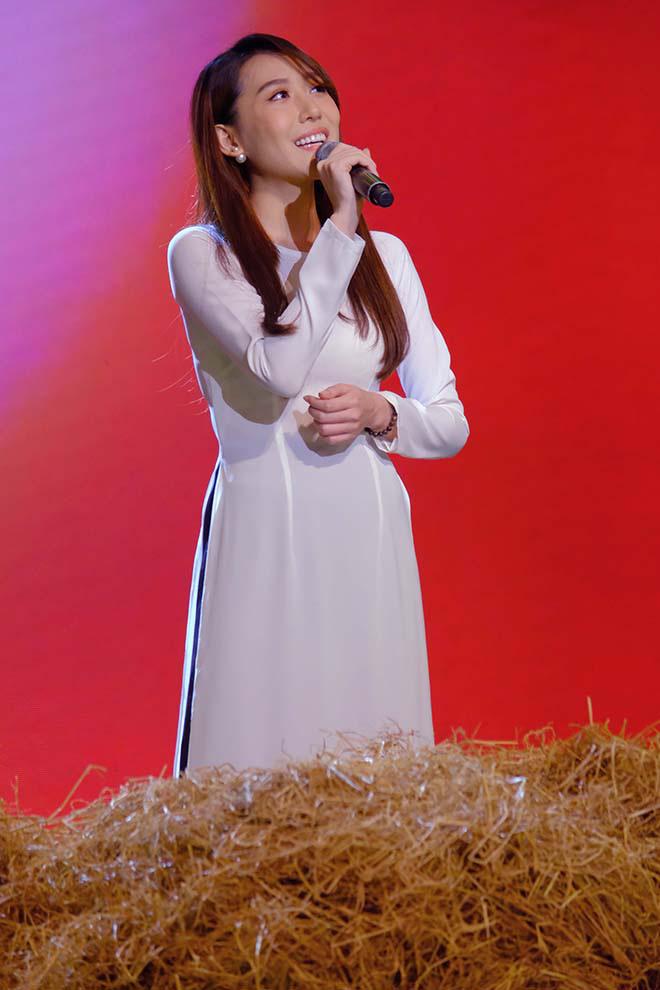 Phi Nhung nhắc nhở hoa hậu Hoàng Kim về cách ăn mặc ngay trên sóng truyền hình - Ảnh 1.