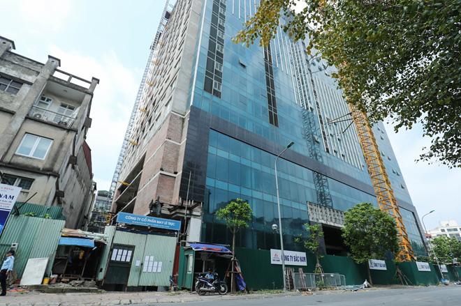 Cận cảnh công nhân tháo dỡ các tầng vi phạm của tòa nhà 8B Lê Trực - Ảnh 1.