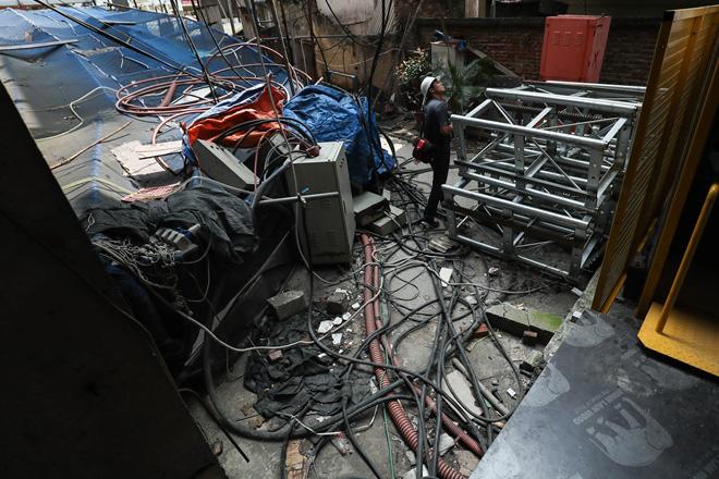 Cận cảnh công nhân tháo dỡ các tầng vi phạm của tòa nhà 8B Lê Trực - Ảnh 2.