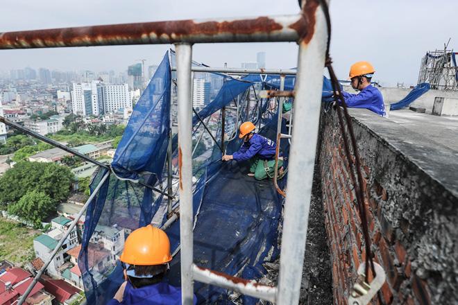 Cận cảnh công nhân tháo dỡ các tầng vi phạm của tòa nhà 8B Lê Trực - Ảnh 11.