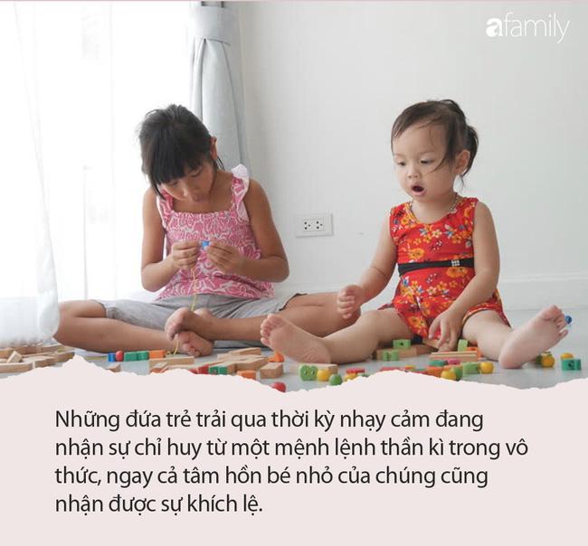 Thấy hai con ngồi ngâm chân thư giãn, mẹ đang định khen ngoan bỗng giật thót tim khi nhìn hộp sữa bột vơi quá nửa để ngay bên cạnh - Ảnh 3.