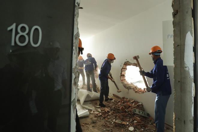 Cận cảnh công nhân tháo dỡ các tầng vi phạm của tòa nhà 8B Lê Trực - Ảnh 3.