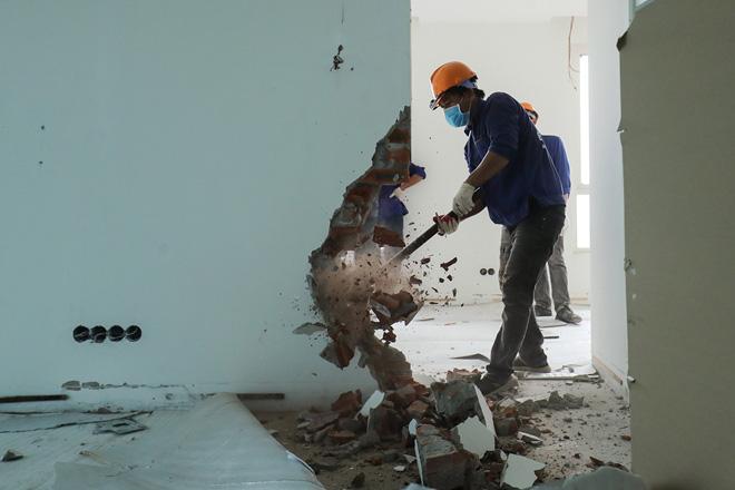 Cận cảnh công nhân tháo dỡ các tầng vi phạm của tòa nhà 8B Lê Trực - Ảnh 4.