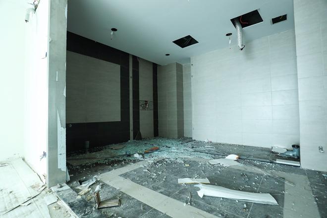 Cận cảnh công nhân tháo dỡ các tầng vi phạm của tòa nhà 8B Lê Trực - Ảnh 5.
