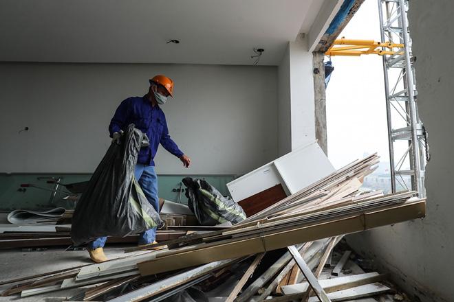 Cận cảnh công nhân tháo dỡ các tầng vi phạm của tòa nhà 8B Lê Trực - Ảnh 6.