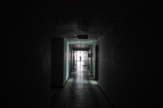 Cận cảnh công nhân tháo dỡ các tầng vi phạm của tòa nhà 8B Lê Trực - Ảnh 7.