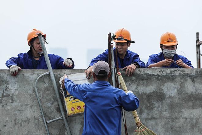 Cận cảnh công nhân tháo dỡ các tầng vi phạm của tòa nhà 8B Lê Trực - Ảnh 8.