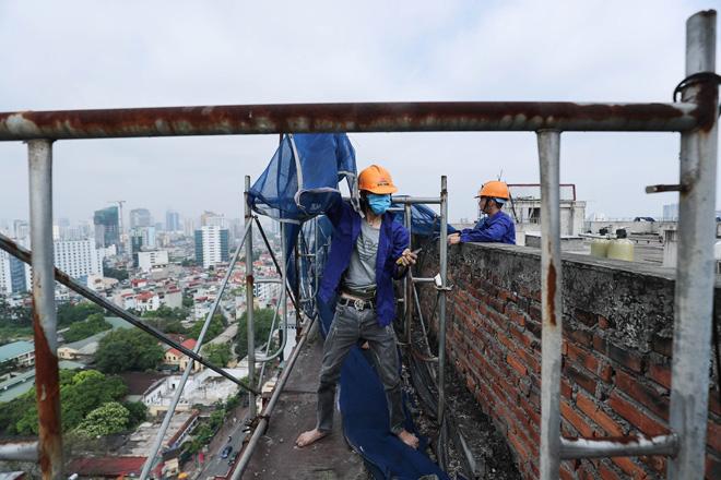 Cận cảnh công nhân tháo dỡ các tầng vi phạm của tòa nhà 8B Lê Trực - Ảnh 9.