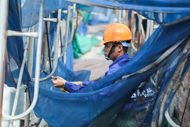 Cận cảnh công nhân tháo dỡ các tầng vi phạm của tòa nhà 8B Lê Trực - Ảnh 10.