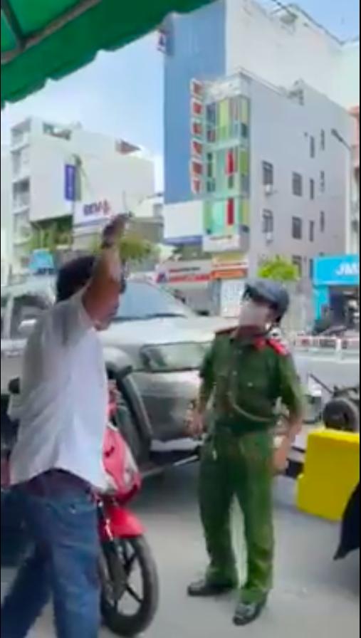 Người đàn ông xưng là nhà báo chửi bới lăng mạ công an giữa trung tâm Sài Gòn - Ảnh 2.