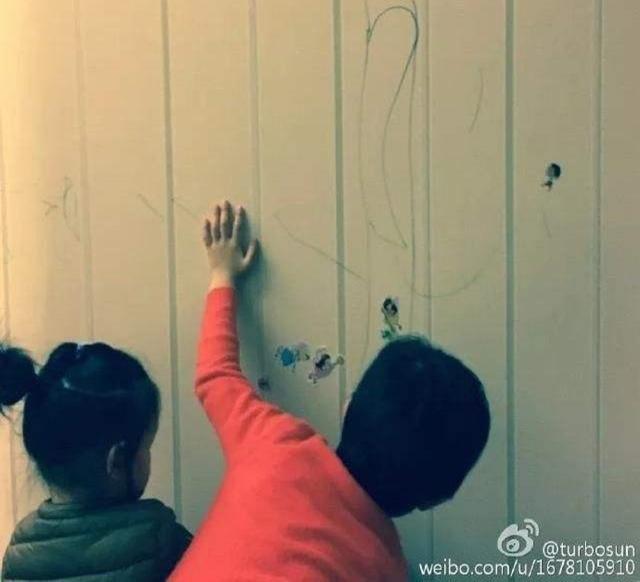 Mặc cho Tôn Lệ phản đối, Đặng Siêu vẫn cho hai con vẽ chằng chịt lên tường nhà vì lý do mà ai nghe thấy cũng phải khen ngợi - Ảnh 1.