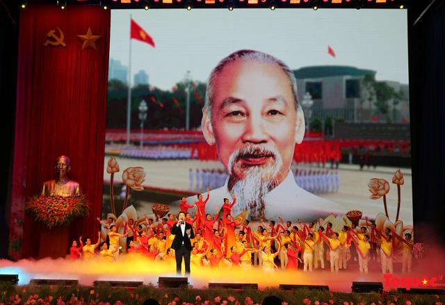 Long trọng kỷ niệm 130 năm Ngày sinh Chủ tịch Hồ Chí Minh: Nguyện kế tục trung thành và xuất sắc sự nghiệp vĩ đại của Người - Ảnh 1.