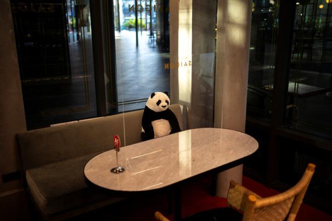 Sợ thực khách cô đơn trong mùa dịch, nhà hàng Việt nghĩ ra tuyệt chiêu hay ho khiến nhiều trang báo quốc tế đồng loạt đưa tin - Ảnh 2.