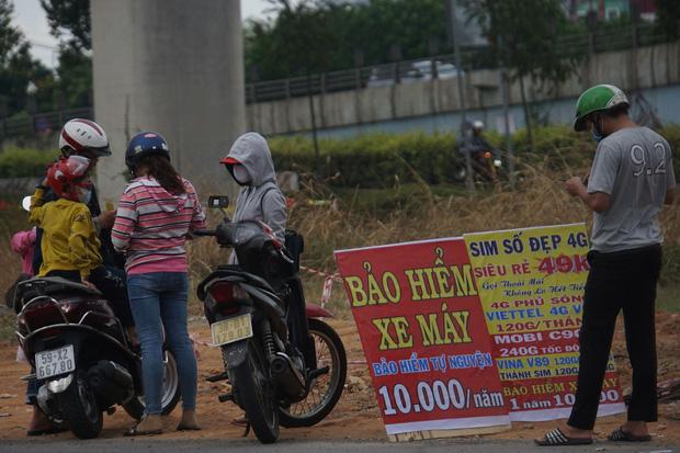 Bảo hiểm xe máy 10.000 đồng mọc lên như nấm ở lề đường Sài Gòn, người mua nguy cơ tiền mất tật mang - Ảnh 3.