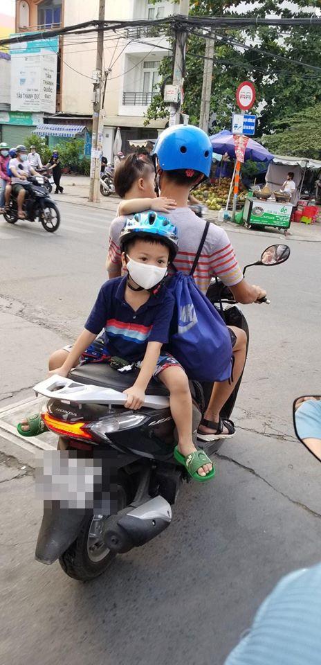 Bố chở con đi chơi, vị trí ngồi của 2 đứa nhỏ khiến cả phố nhìn chằm chằm lo sợ - Ảnh 2.