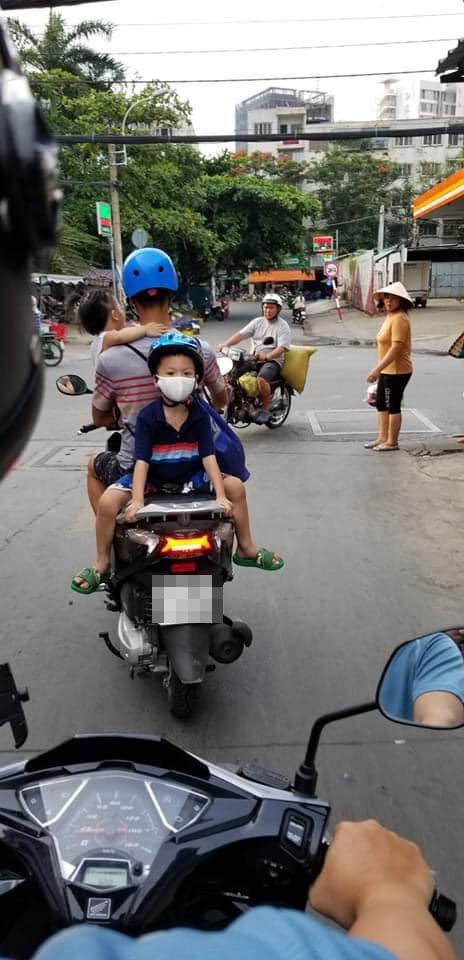 Bố chở con đi chơi, vị trí ngồi của 2 đứa nhỏ khiến cả phố nhìn chằm chằm lo sợ - Ảnh 1.