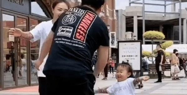 Mẹ và con gái cùng dang tay chờ bố ôm, hành động của ông bố khiến con gái ôm cả bầu trời tức giận - ảnh 2
