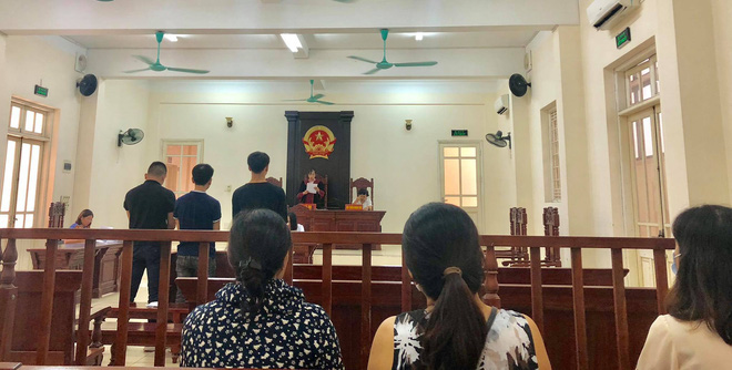CĐV Nam Định bị phạt tù 4 năm sau vụ bắn pháo hiệu khiến fan nữ bị thương nặng ở sân Hàng Đẫy - Ảnh 2.