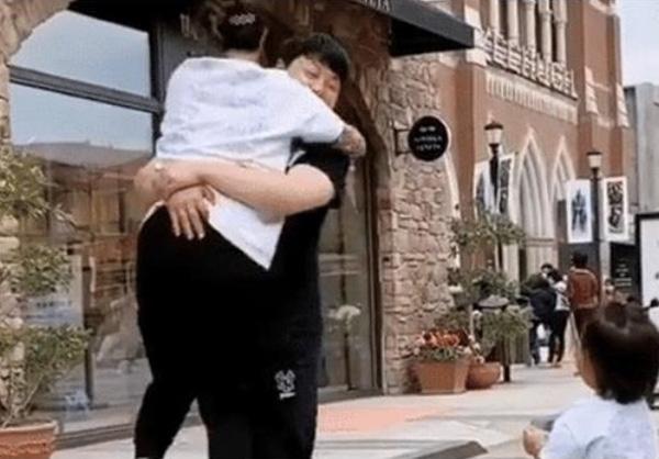 Mẹ và con gái cùng dang tay chờ bố ôm, hành động của ông bố khiến con gái ôm cả bầu trời tức giận - ảnh 3