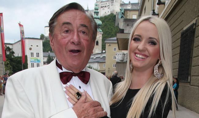 Cuộc hôn nhân bạc tỷ của tỷ phú 81 tuổi được mệnh danh là ông trùm sát gái nhất thế giới với người mẫu kém tuổi con mình giờ ra sao? - Ảnh 9.