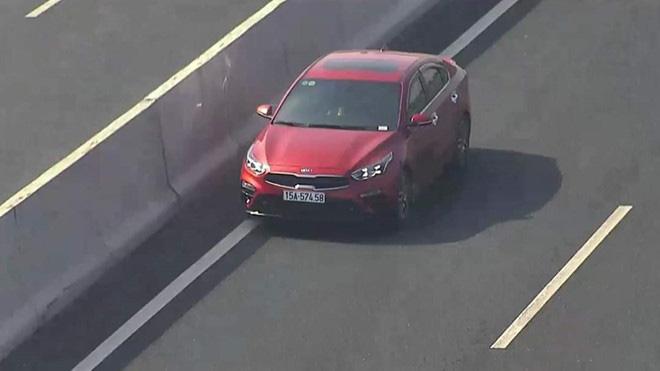 Tài xế ô tô lao ngược chiều vun vút ở làn 120 km/h trên cao tốc Hà Nội - Hải Phòng - Ảnh 1.