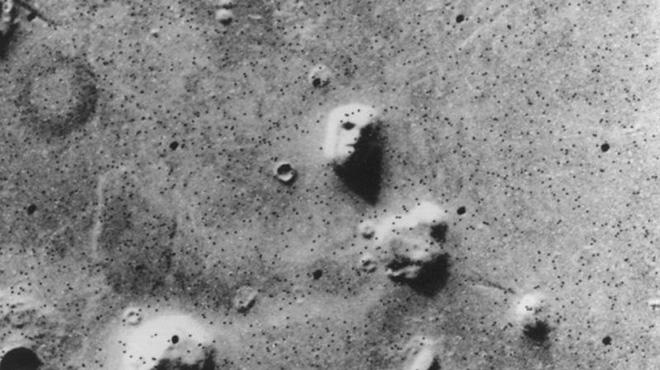 Những hình ảnh kỳ lạ nhất từng được chụp trên sao Hỏa - Ảnh 1.